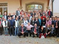 Gruppenfoto aller Teilnehmer vor der Hauptschule