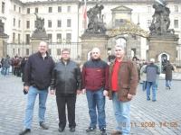 2006-prag-em-ipz-judo-team-vor-der-prager-burg