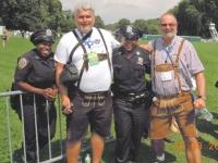 2011-ny-police-games-eroeffnung-sie-freuen-sich-ueber-die-lederhose