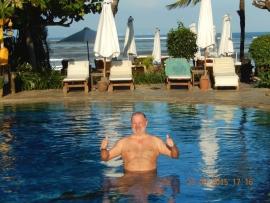 23 03 Erster Sprung in den Pool in Bali