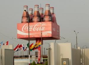 2015 11 09 Lima Colawerbung am Flughafen