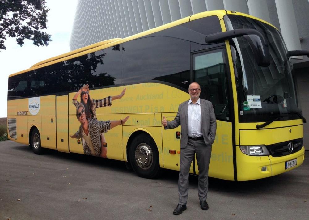 2016 09 21 Neuer Reisewelt-Bus beim Mitarbeitertag vor der Bruckner Universität