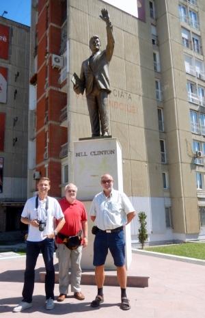 2016 08 27 Pristina Bill Clinton Denkmal mit uns Drei
