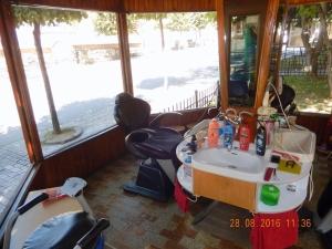 2016 08 28 Prizren Sehr interessanter Friseurladen