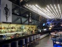 Riesige Bar auch innen in der O2_Lounge im Hotel Ritz Carlton
