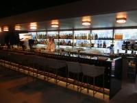 Riesige Bar aussen in der O2_Lounge im Hotel Ritz Carlton