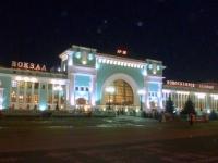 Ankunft am nächtlichen Bahnhof von Novosibirsk