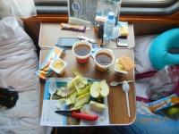 Selbständiges gesundes Frühstück im Zug