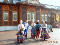 Folkloretänzer empfangen uns