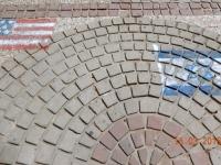 Interessante Gehsteigmalerei_die Flaggen der USA und Israels