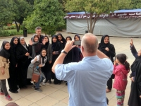 Mausoleum vom Dichter Saadi Gruppenfoto mit taubstummen Iranerinnen