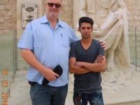 2016 03 15 Shiraz Grabmal Dichter Kermani mit unserem Beifahrer