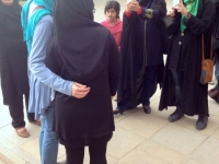 2016 03 15 Shiraz Mausoleum vom Dichter Saadi Jutta als gern gesehenes Fotomodell von hinten
