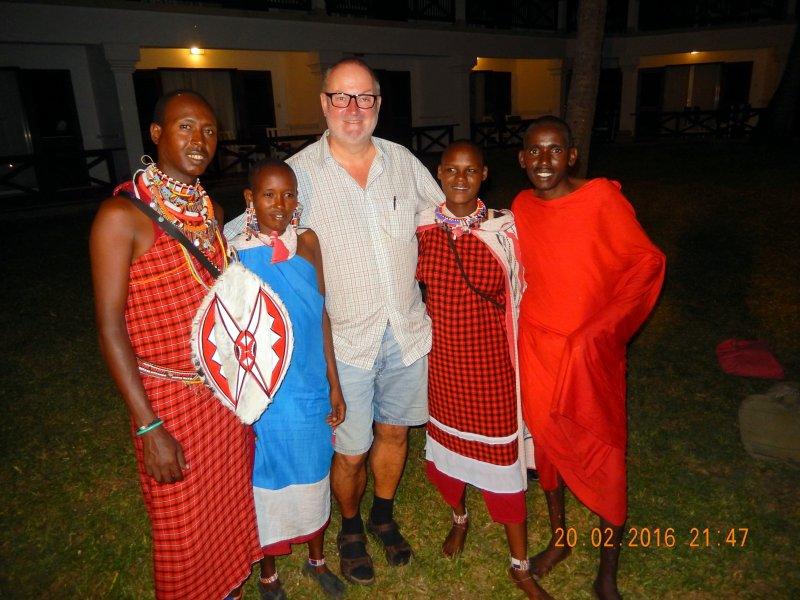 2016 02 20 sogar echte Massai sind in der Hotelanlage