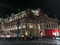 Oper mit rotem Haupteingang