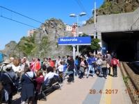 2017 04 29 Manarola Warten auf Zug