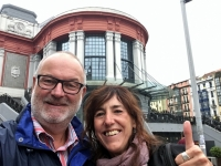 2017 06 06 Bilbao Reiseleiterin vor der Markthalle