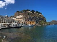 2017 06 12 Insel Lipari Hafen mit der Burg