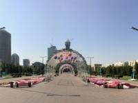 2017 08 26 Astana neben Bayterek Tower