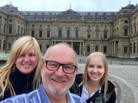 2017 08 13 Würzburg Residenzplatz mit Isabella und Madalina