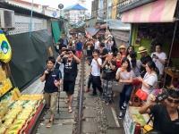2017 10 28 Maeklong Zugfahrt mit hunderten Zuschauern
