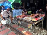 2017 10 28 Maeklong Zugfahrt so nahe fährt der Zug