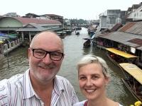 2017 10 28 Thailand Amphawa Floating Markt mit hunderten Ständen