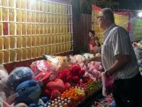 2017 11 07 Vientiane Wurfpfeile am Nachtmarkt