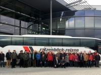 Gruppenfoto mit dem 2 Jahre alten Bus vor der Auslieferungszentrale