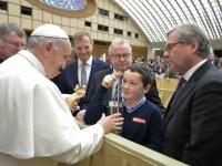 2017 12 13Papst Franziskus LH Stelzer Hartl ORF OÖ Friedenslichtkind Tobias_Quelle Servizio Fotografico - L'Osservatore Romano
