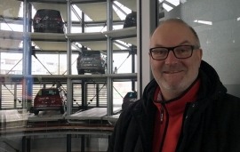 2017 02 27 Wolfsburg Autostadt Auffahrt Glasturm mit unserem Auto im Hintergrund