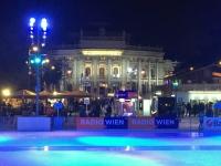 Wiener Eistraum mit Burgtheater gegenüber
