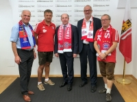 LR Max Hiegelsberger mit dem Mitgliedern des FC Bayern Fanclub Natternbach
