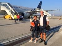 2018 07 28 Reiseweltteam vor dem Charterflugzeug