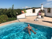 Obmann entspannt als einziger im Pool