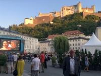 Open Air Videobühne hinter dem Dom mit Festung