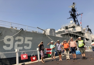 2018 09 26 Tainan Anping Habt acht vor Marineschiff 925