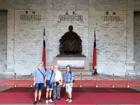 2018 09 24 Taipei Chiang Kai Shek Gedächtnishalle vor der Statue des langjährigen Präsidenten
