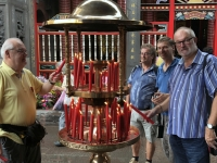 2018 09 24 Taipei Longshan Tempel Kerze entzünden