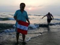 2018 09 26 Tainan Anping Gerald sucht sein Handy im Meer