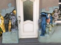Hauseck mit Kunst verziehrt