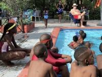 2018 10 24 Maun Sedia Riverside Lodge Bademeister überblickt Schwimmkurs