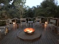 2018 10 26 Okawango Delta Treffen bei der Feuerschale vor Abendessen