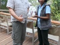 2018 10 26 Okawango Delta Vizechefin hilft beim Beschreiben der Wasserproben