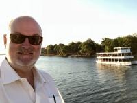 2018 10 29 Bootsfahrt am Sambesi Fluss Queen Africa fährt vorbei