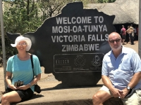2018 10 29 Victoria Fälle Eingang mit Unesco Tafel