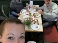 Gut gelaunte Kellnerin und gutes Essen