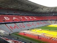 Allianz Arena Führung Schriftzug FC Bayern München mit ausgetauschten färbigen Sesseln