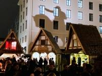 Mittelaltermarkt Wittelsbacherplatz mit schönen Hütten und Hausschatten