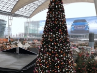 Berühmter Christbaum am Flughafen